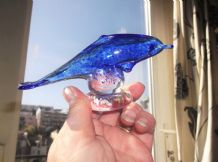 COLLECTABLE SPECKLED COBALT BLUE GLASS PAPERWEIGHT DOLPHIN ON CLEAR BASE